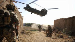 Um helicóptero Chinook aproxima-se para aterrar. Tropas britânicas esperam para serem extraídas do local.   Foto: Cabo Si Longworth