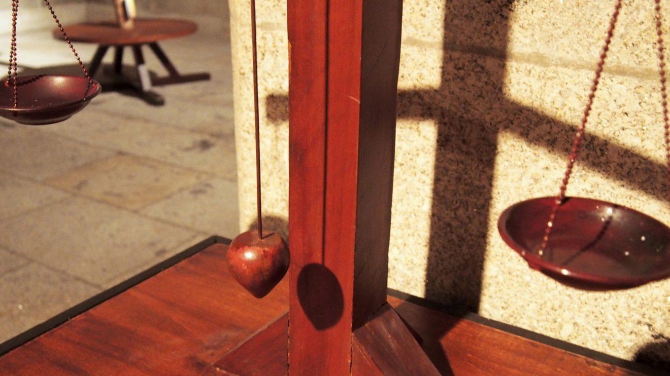 Higrómetro de cera - O higrómetro tem como função a medição da humidade atmosférica. De entre vários modelos, este assemelha-se a uma balança, em que num dos lados se coloca algodão e no outro uma substância não absorvente, como a cera; a humidade é absorvida pelo algodão, fazendo-o pesar e inclinando o mecanismo. Quando o ar está seco, o prumo mantém-se alinhado. Nos seus estudos relacionados com o ar, Leonardo desenvolveu também o anemoscópio e o anemómetro.