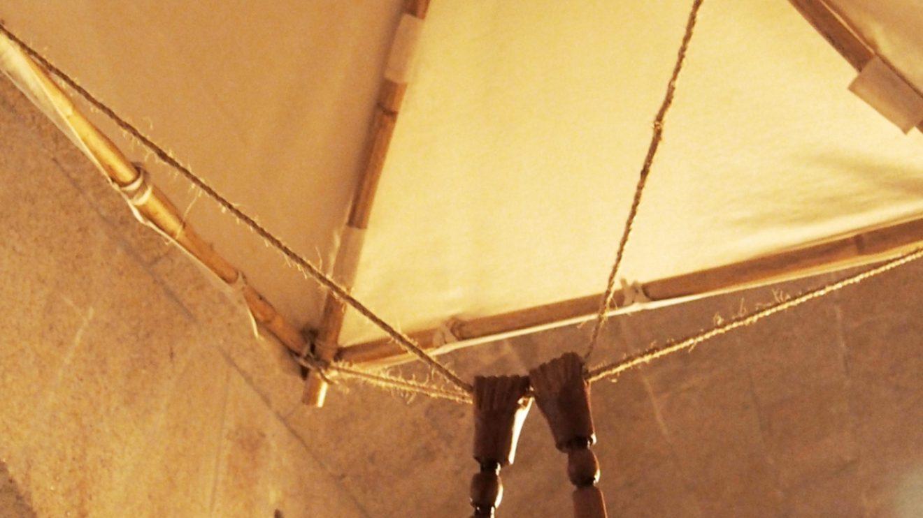Paraquedas - Com esta estrutura piramidal de 7 metros em madeira e pano fino, um homem deveria poder saltar de uma qualquer altura sem temer magoar-se com a queda.
