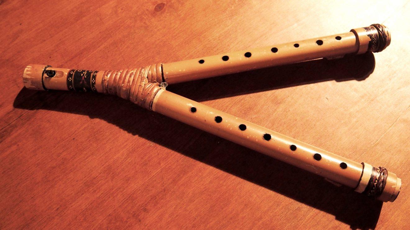 Flauta dupla - Durante a Idade Média tocavam-se flautas únicas e duplas. A inovação aqui introduzida na flauta dupla inclui chaves e aberturas para os dedos, o que simplificou os instrumentos musicais da época.