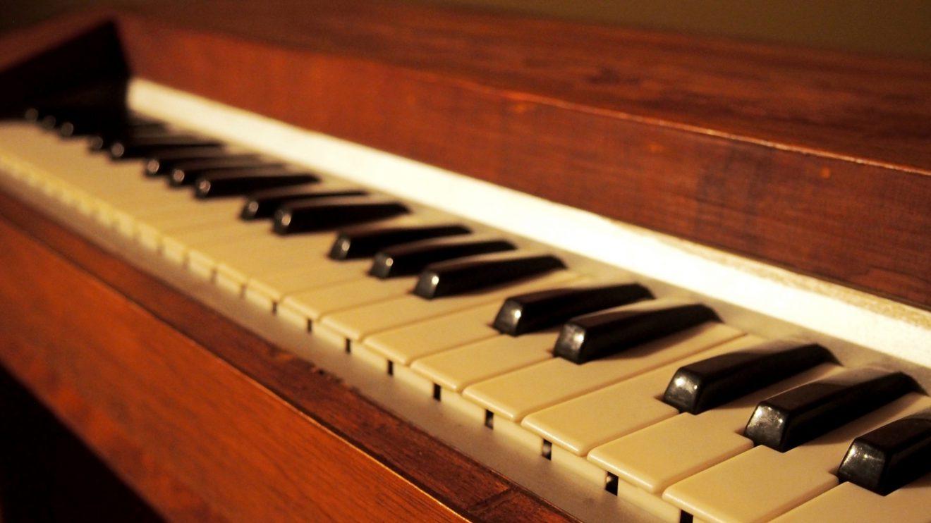 Piano portátil -  O piano portátil ou cravinho-viola foi imaginado para ser tocado com as duas mãos. O seu mecanismo é um sistema de roldanas e um disco rotativo que movem as cordas através de um arco, produzindo um som semelhante ao de uma viola.  A conceção do instrumento musical em Leonardo aliava-se às leis da proporcionalidade. Introduziu melhorias em mais de trinta instrumentos, simplificando a sua técnica de execução ou criando novos efeitos sonoros.