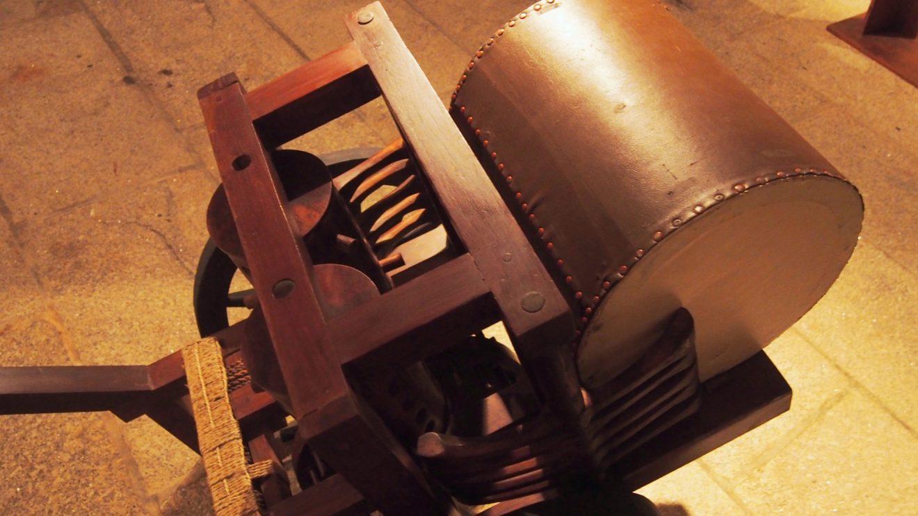 Tambor mecânico - Tambor montado numa carroça com cinco martelos fixados dos lados e articulados a um sistema de engrenagens de modo que batam com o mover da carroça. O mais peculiar desta invenção é o facto de os martelos baterem a diferentes ritmos, de forma a soarem como muitos e não a apenas um tambor. A intenção é que, quando o tambor fosse levado para o campo de batalha, pudesse ser tocado para o inimigo o escutar de longe e ser levado a pensar que afinal os soldados eram em maior número do que esperavam.