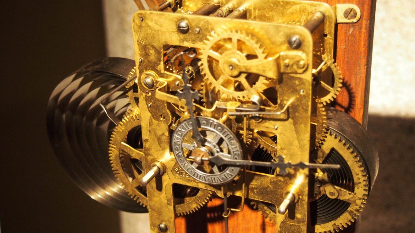 Mecanismo do relógio - Havia, na torre da Abadia de Chiaravalle (perto de Milão), um relógio com um sistema de pesos para mostrar os minutos, as horas e a posição do Sol e da Lua. A partir desse modelo, Leonardo aplicou molas em vez de pesos no mecanismo, permitindo que o relógio se tornasse mais pequeno. Jogando com contrapesos, molas e engrenagens, conseguiu que o mecanismo se tornasse mais preciso na indicação das horas e dos minutos.
