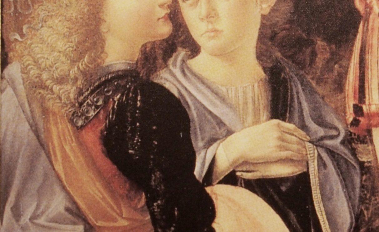 """""""O Batismo de Cristo"""" - Foi com Andrea del Verrocchio, em Florença, que da Vinci se iniciou na prática artística, como aprendiz do mestre. Depois de ter terminado o seu período de aprendizagem continuou a trabalhar com Verrocchio, tendo colaborado em O Batismo de Cristo, pintando a cara do anjo à extrema esquerda. As suas feições são suaves e realistas, adquirindo uma expressão própria e distinta das restantes personagens. A mestria que esta figura apresenta foi conseguida com a pintura a óleo, que permite a aplicação de tinta em camadas finas e transparentes que vão construindo a forma lenta e sucessivamente, conferindo-lhe maior consistência e permitindo um mais rico trabalho de matizes e efeitos luminosos. Conta-nos o historiador de arte Giorgio Vasari que quando Verrocchio viu esta figura a considerou melhor que qualquer uma sua e como consequência terá deixado de pintar. Este episódio, em que o discípulo ultrapassa o seu mestre é uma marca na vida e no talento de Leonardo e o ponto de partida para a observância de uma excelência técnica, autonomia de pensamento e capacidade singular de retratar pessoas e cenas com tom dramático e realista."""