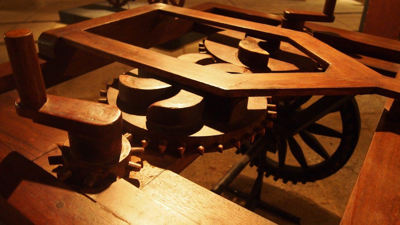 Carro autoimpulsionado (detalhe de engrenagem) -  Leonardo da Vinci concebeu um carro para ser usado em espetáculos que era capaz de se mover sozinho, não necessitava de condutor. Anda e trava, em linha reta e curva, e as rodas traseiras deslocam-se de forma independente. Este tipo de carro é o primeiro do seu género.