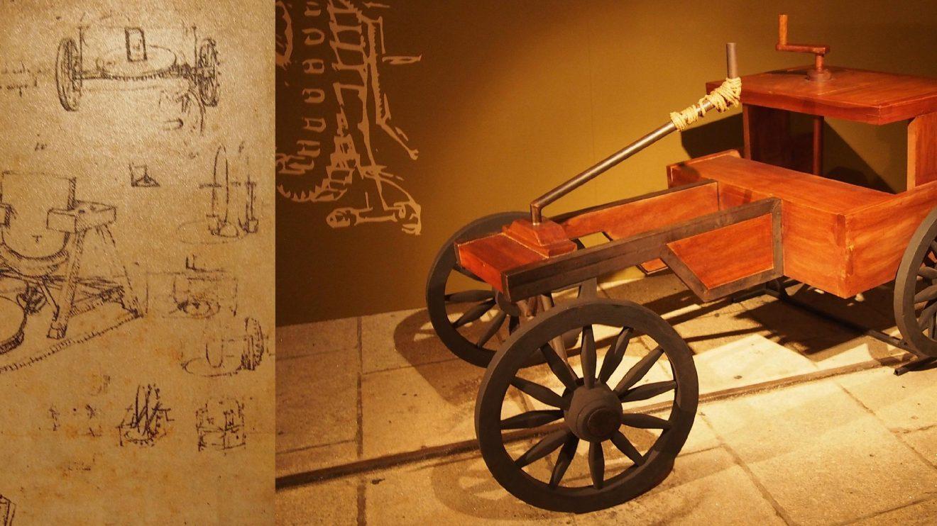 Carro à manivela - Este modelo automóvel demonstra como se transmite movimento ao eixo de um carro: ao girar a manivela, as engrenagens de uma roda encaixam-se nas da outra, fazendo-a girar. As rodas movem-se a velocidades distintas, funcionando como o diferencial de uma automóvel moderno.