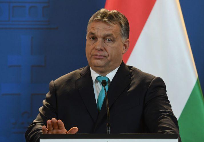 Primeiro Ministro húngaro Viktor Órban numa conferência de imprensa onde abordou a questão dos refugiados em 3 de janeiro de 2018.  Fonte: ATTILA KISBENEDEK/AFP/Getty Images.