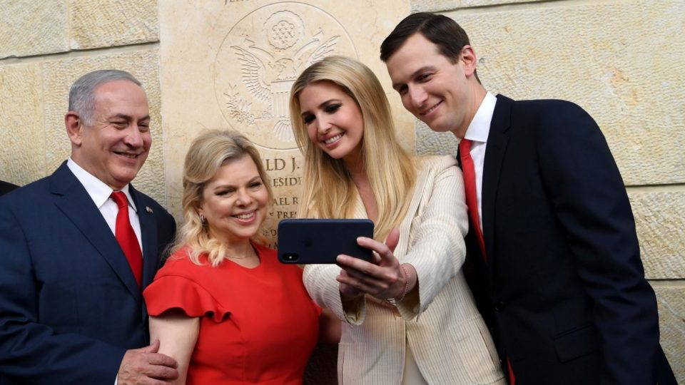 Ivanka Trump e Jared Kushner com Benjamin Netanyahu e a sua mulher na nova embaixada americana [Foto: APP]
