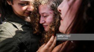 Arredores da vila de Nabi Salih, 29 de Julho de 2018.  A ativista palestiniana Ahed Tamimi é abraçada por uma prima na sequência da sua libertação da prisão, após a sentença de oito meses por agredir dois soldados israelitas.  Foto: ABBAS MOMANI/AFP/Getty Images)