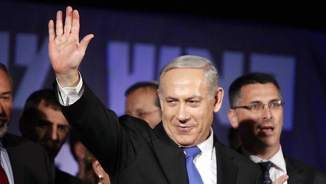 Netanyahu a acenar a apoiantes depois de vencer em 2013 [Foto: Getty Images]