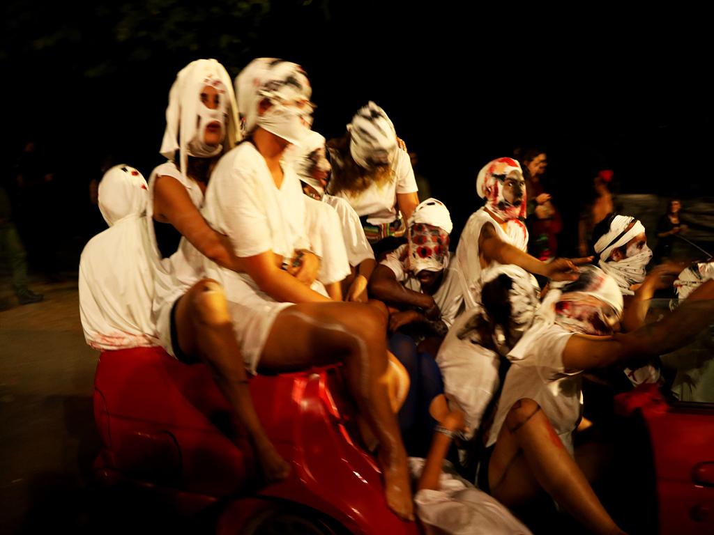 Motion Within: duas dezenas de mulheres arrepiaram o público com performance itinerante. Fotografia por Mariana Filipa.