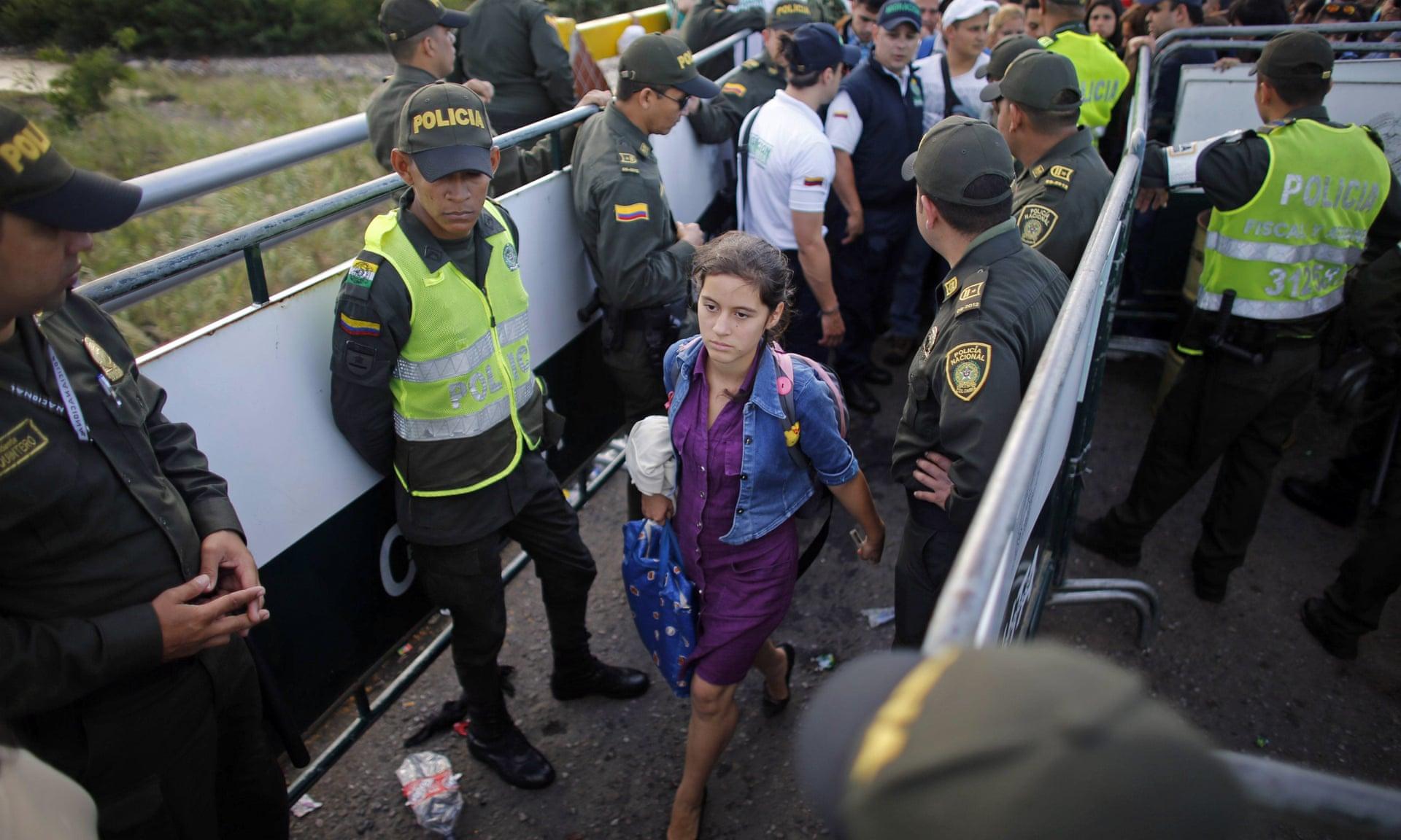 Venezuelanos atravessam a fronteira para a Colômbia