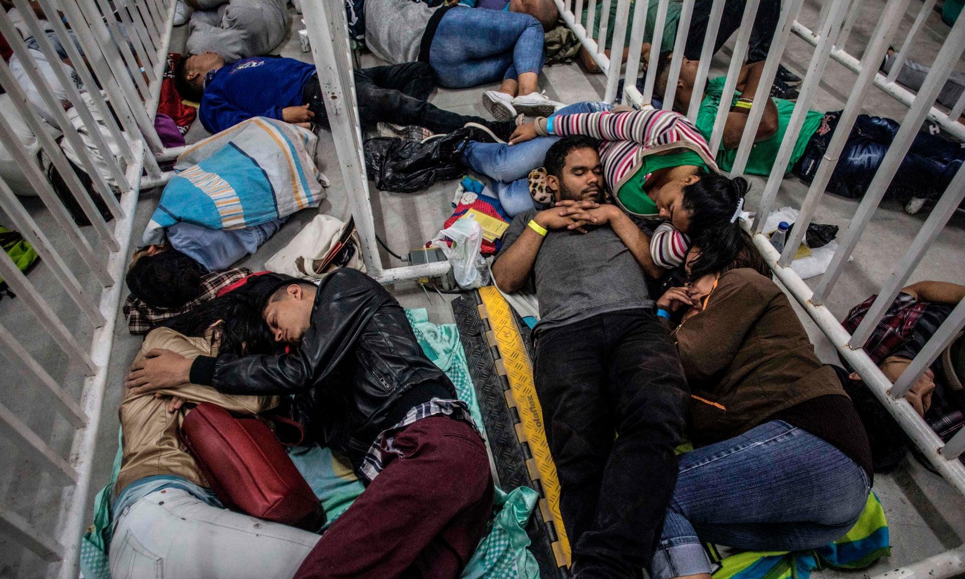 Emigrantes venezuelanos a viver na Colômbia, esperam por uma feira de emprego a 27 de setembro