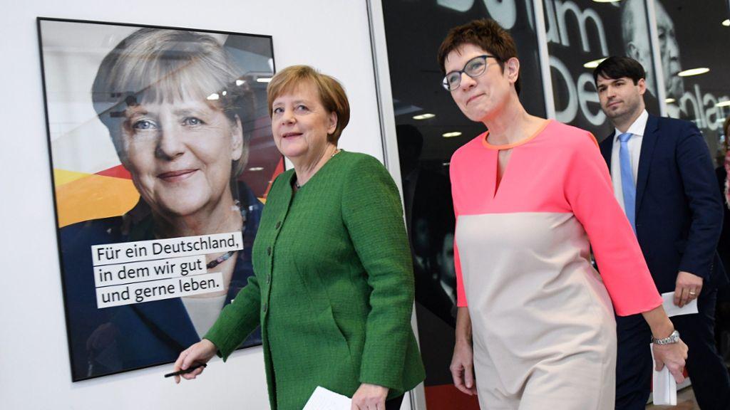 Angela Merkel e Annegret Kramp-Karrenbauer juntas numa conferência de imprensa conjunta na Konrad-Adenauer-Haus. Foto: Maurizio Gambarini/dpa