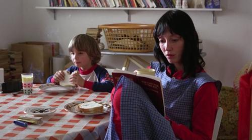 O uso de vermelho, azul e branco proeminente em The Shining (1980)