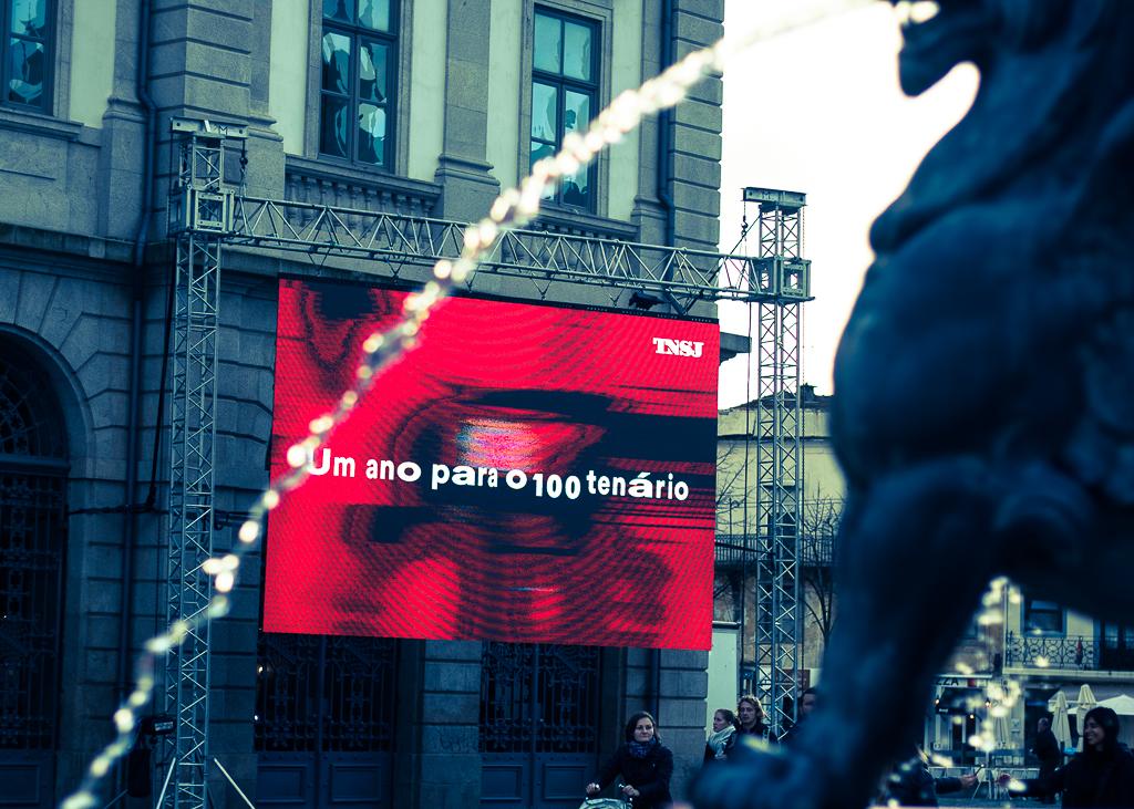 Vídeo alusivo ao aniversário do TNSJ projetado na Praça dos Leões. Fotografia: Daniel Dias.