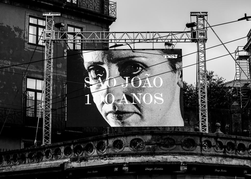 Vídeo alusivo ao aniversário do TNSJ projetado na Praça da Batalha. Fotografia: Daniel Dias.
