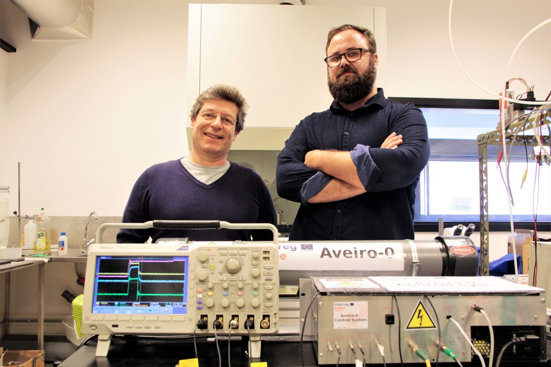 Os investigadores João Veloso e Carlos Azevedo e o detetor de trítio.