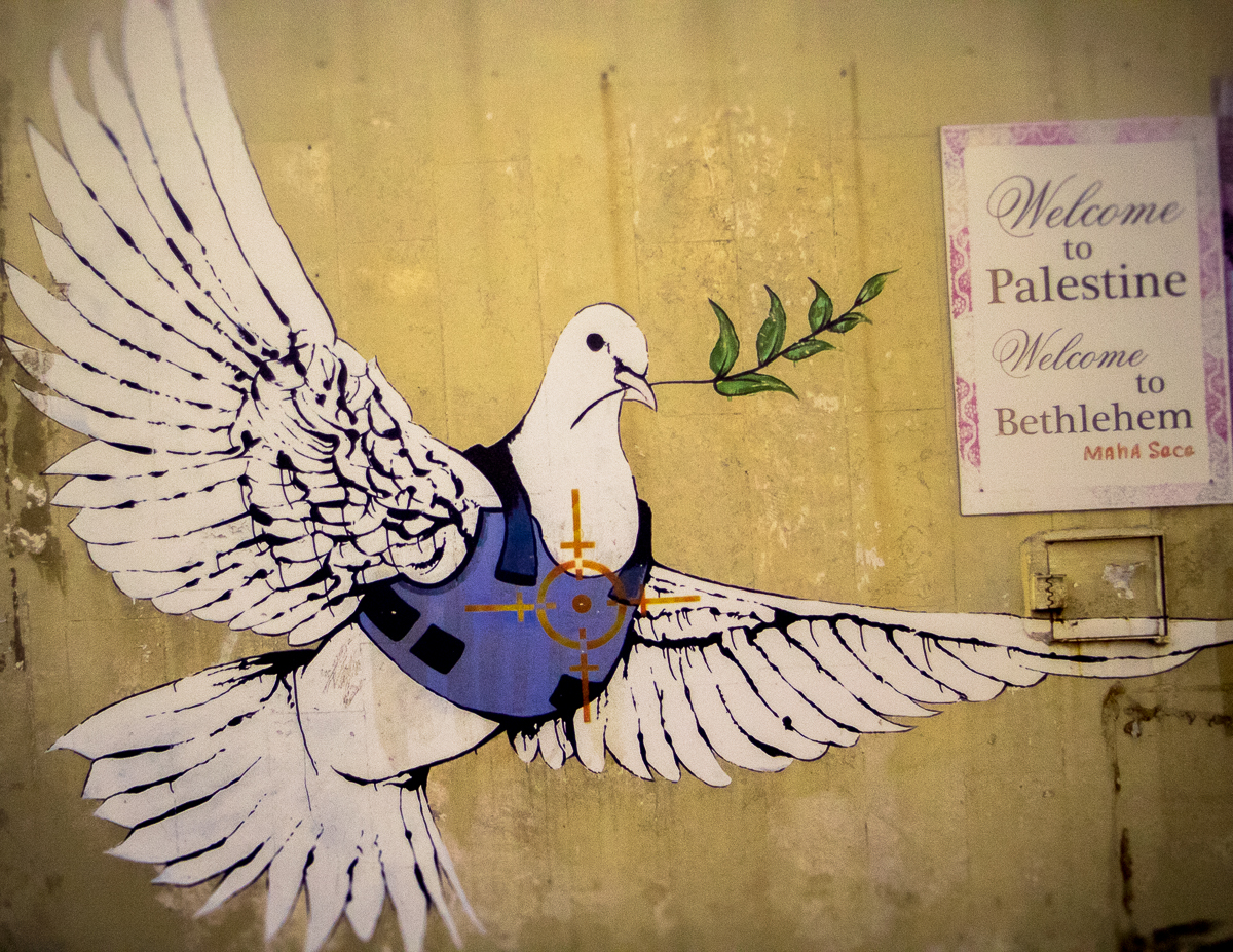 """Dove and Flak Jacket"". Banksy: Walled Off Hotel (2017). Fotografia: Daniel Dias (infomedia)"