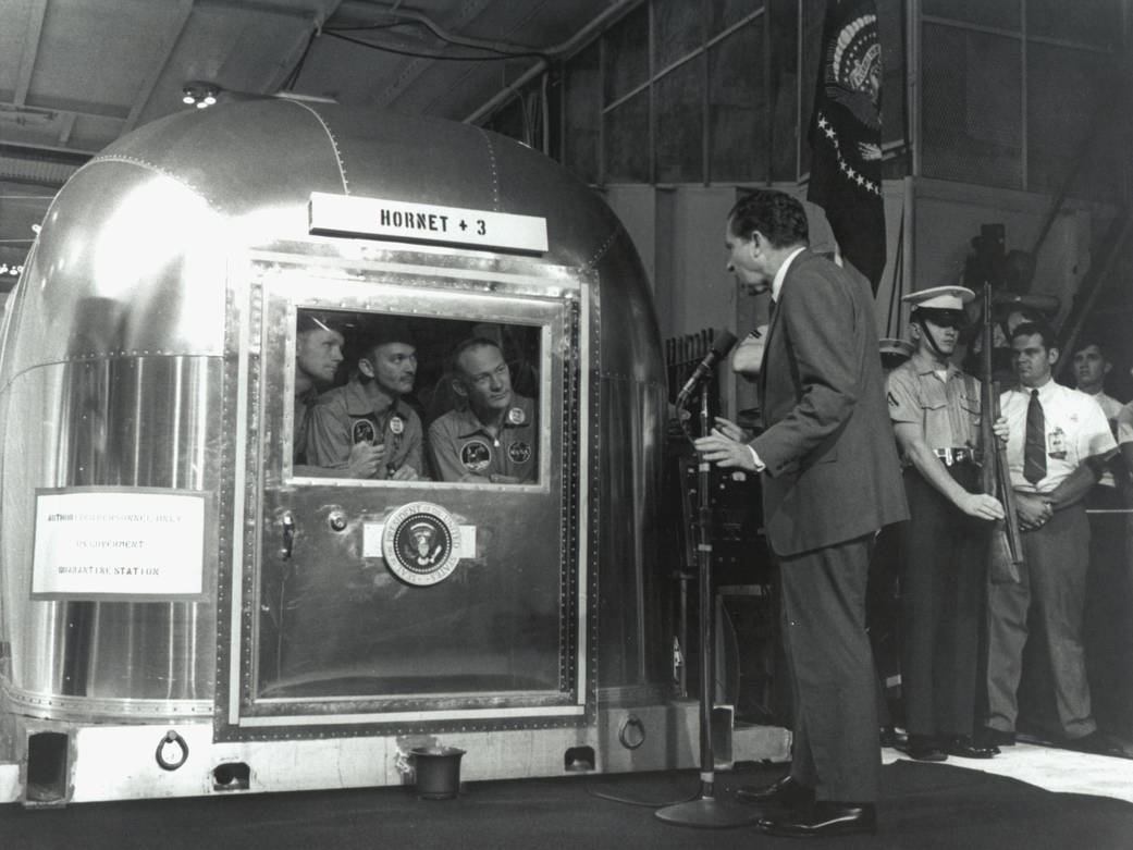 O Presidente Nixon recebe os 11 astronautas da missão Apollo 11, a 24 de julho de 1969. Fotografia: NASA.
