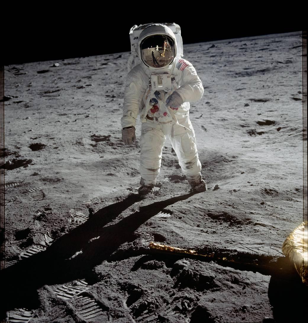 Buzz Aldrin sob a superfície lunar, fotografado por Neil Armstrong. Fotografia: NASA.