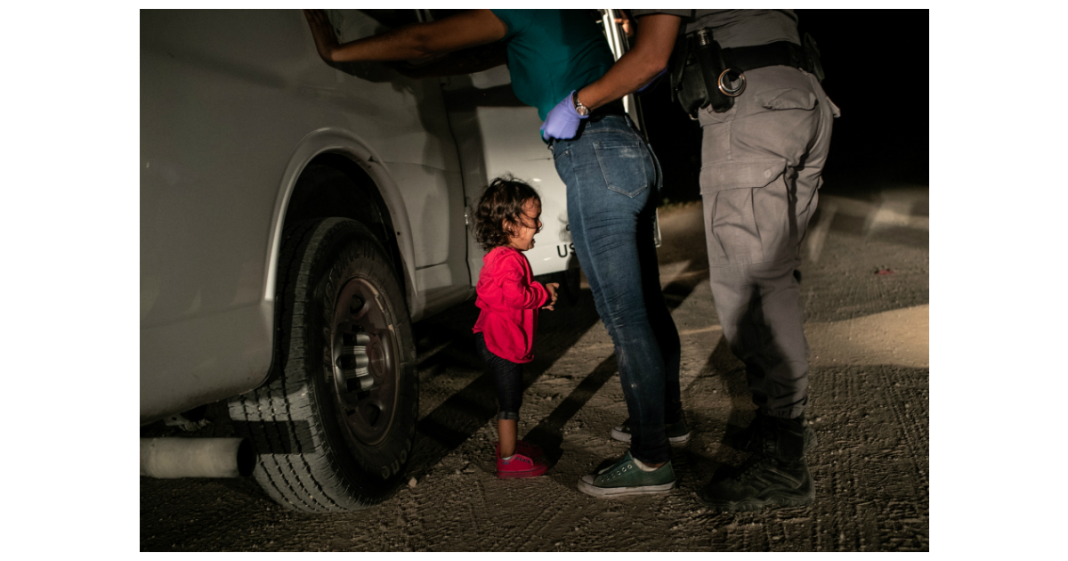 Yanela, natural das Honduras, chora enquanto a mãe, Sandra Sanchez, é revistada por um agente da US Border Patrol, em McAllen, Texas, EUA, no dia 12 de Junho de 2018 © John Moore, Getty Images