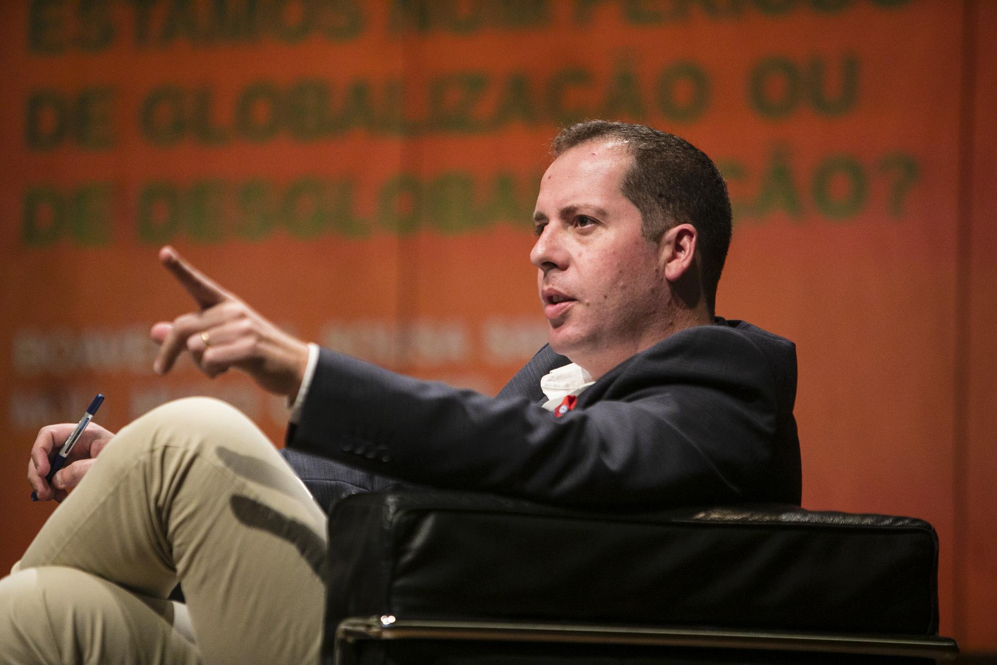 Hugo Gilberto, jornalista da RTP, foi o moderador da conferência: ''Estamos num período de Globalização ou Des-globalização?'. Fotografia: Miguel Marques Ribeiro