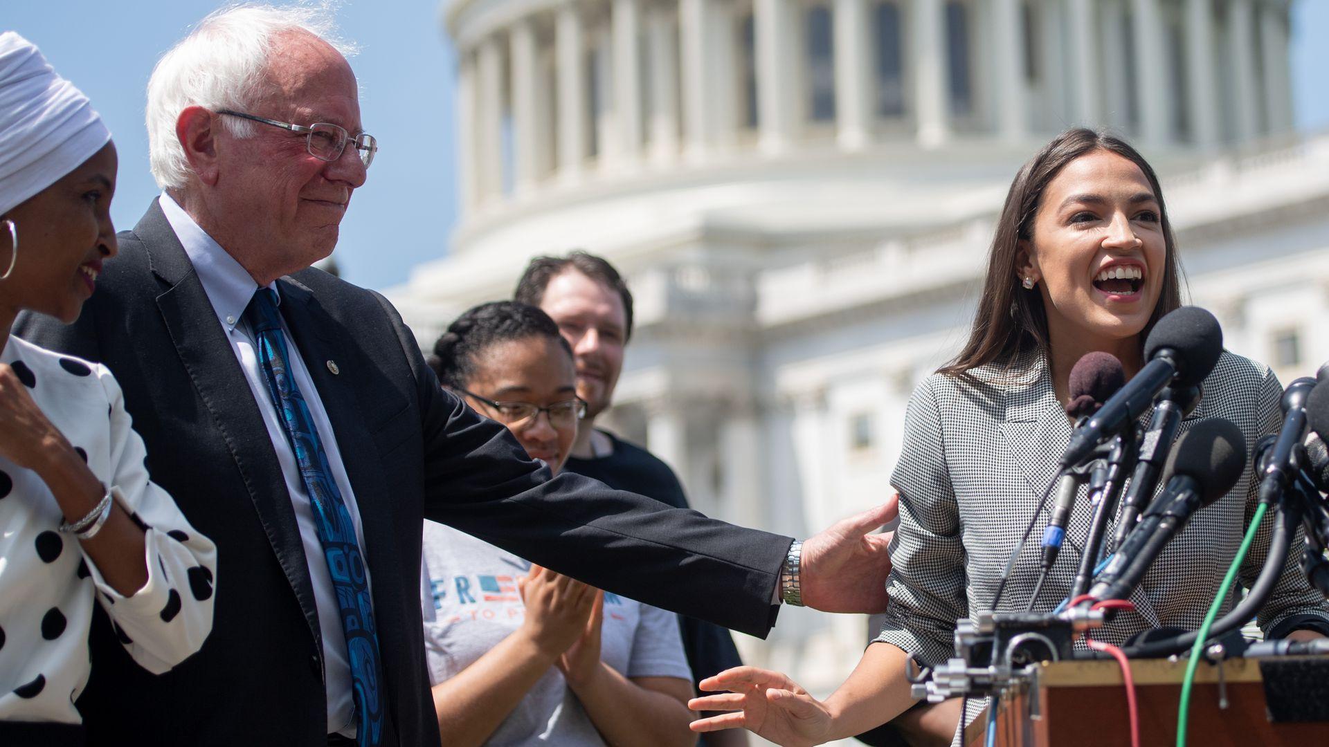 Alexandria com o senador do Vermont e candidato presidencial Bernie Sanders [Foto: Saul Loeb/Getty Images]