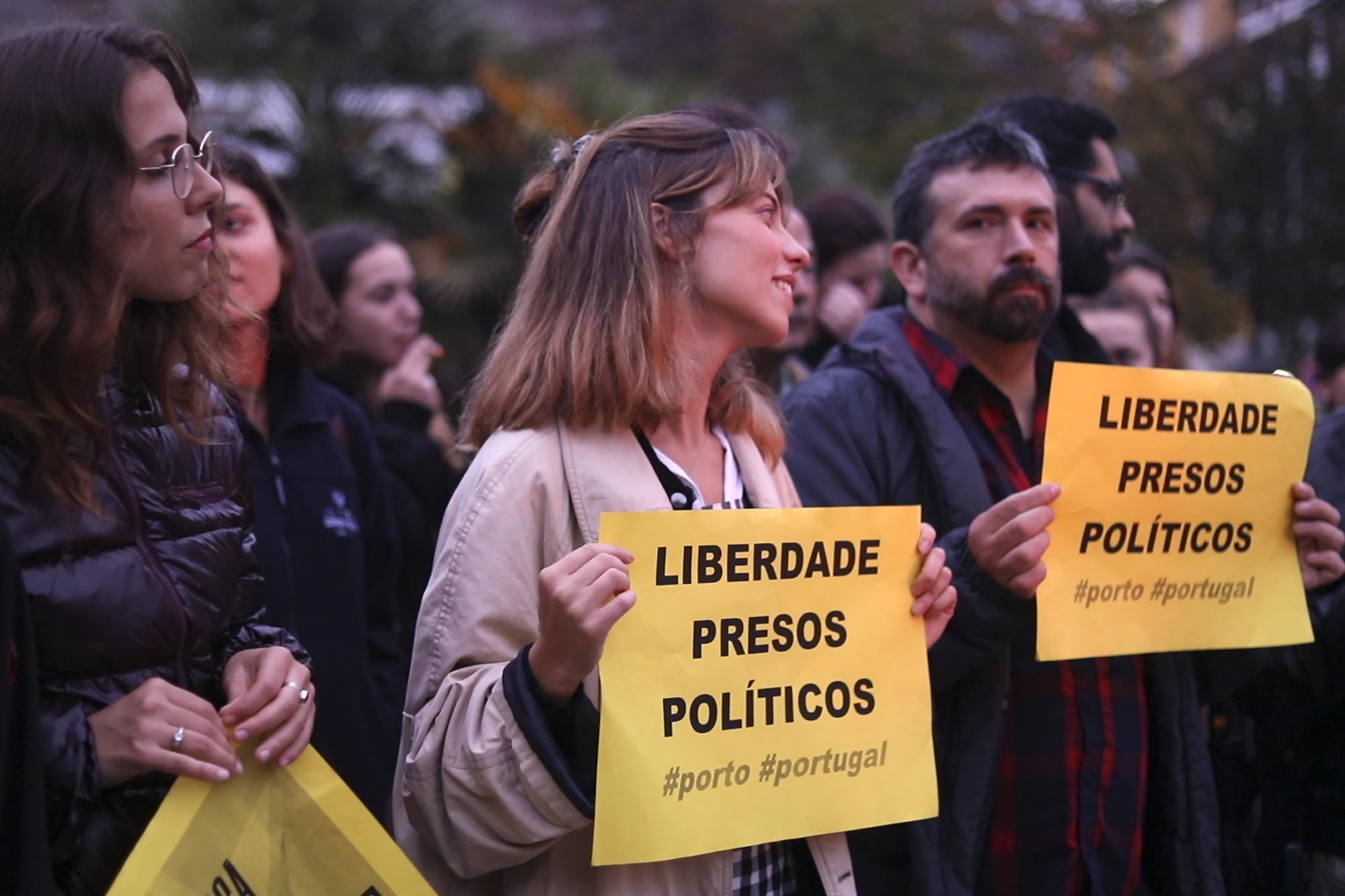 Dezenas de pessoas participaram na manifestação organizada no Porto, contra a prisão dos líderes independentistas catalães.