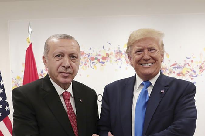 O presidente da Turquia, Erdogan, à esquerda, e o seu homólogo americano, Trump, à direita, apertam as mãos durante um encontro à margem da cimeira do G-20, realizada em Osaka, no Japão, no início de novembro de 2019. (Handout / Presidential Press Service/ AP Photo)