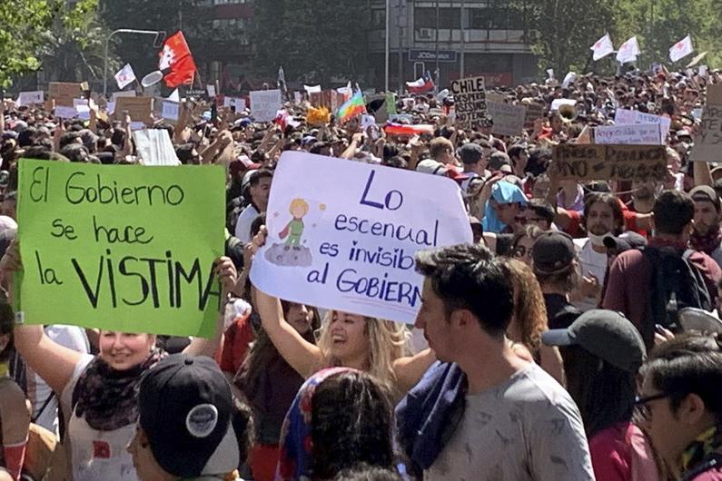 UN News/ Diana Leal - Protestantes reunidos nas ruas de Santiago do Chile, em Outubro de 2019.