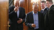 Vladimir Putin, presidente da Rússia e Alexander Lukashenko, presidente da Bielorrúsia após uma reunião para discutir um novo acordo económico após pressões do Kremlin para que o país se junto ao território russo; no dia 7 de fevereiro de 2020. (AP Photo/Alexander Zemlianichenko, Pool).