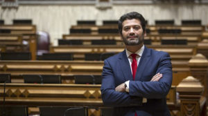 André Ventura, deputado do Chega, partido de direita radical, no hemiciclo da Assembleia da República.