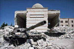 Dois tanques destruídos sob os escombros de uma mesquita em Azaz, no norte da Síria. Foto: Christiaan Triebert/ Wikipedia Commons