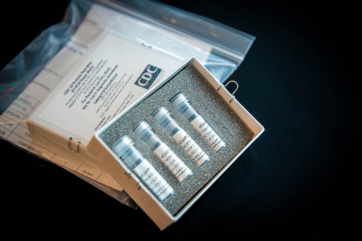 Fotografia do kit de teste do CDC, com a designação de CDC 2019-nCoV Real-Time Reverse Transcriptase (RT)-PCR Diagnostic Panel. O CDC está a enviar este teste para os laboratórios que foram por este organismo considerados como qualificados.