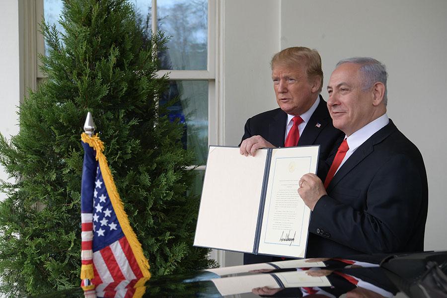 Donald Trump, Presidente dos EUA e Benjamin Netanyahu, primeiro-ministro israelita, encontram-se na Casa Branca, em Março de 2019.