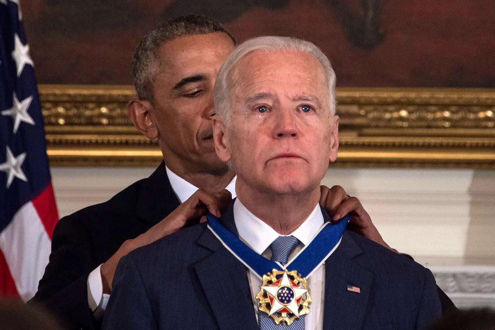 Joe Biden foi surpreendido por Obama ao receber a Medalha da Liberdade, a maior honra para um civil americano, no dia 12 de janeiro de 2017 em Washington. Nicholas Kamm / AFP / Getty Images.