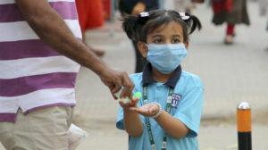 Uma menina utiliza uma máscara protetora em Dhaka, Bangladesh. © Ritzau Scanpix/ UNHCR
