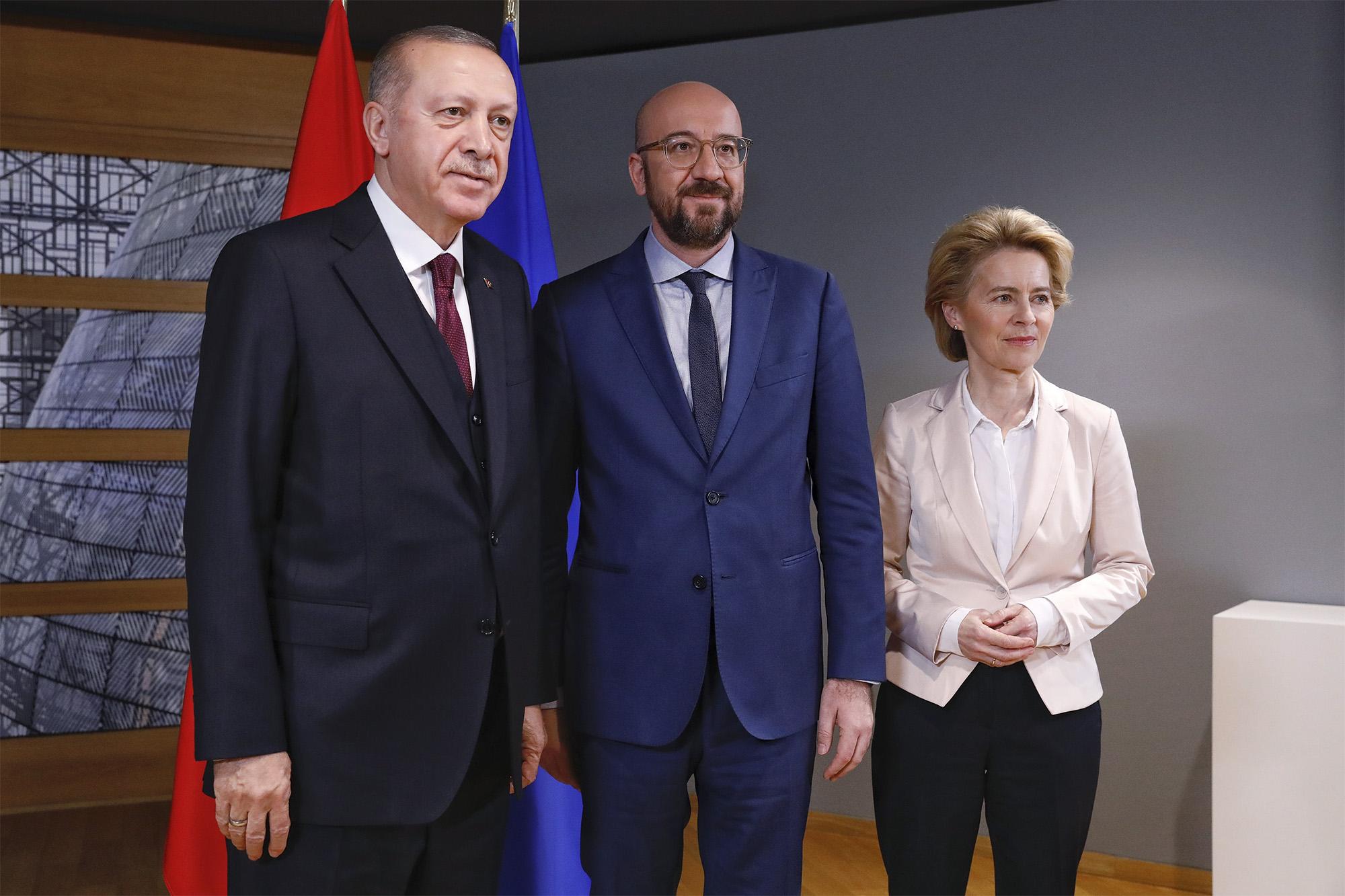Da esquerda para a direita: Recep Tayyip Erdoğan, Presidente da Turquia; Charles Michel, Presidente do Conselho Europeu; Ursula Von der Leyen, Presidente da Comissão Europeia/ © European Union.