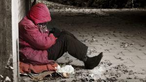 A situação dos sem-abrigo fica particularmente fragilizada com a pandemia do Covid-19. Fonte: scmp.pt