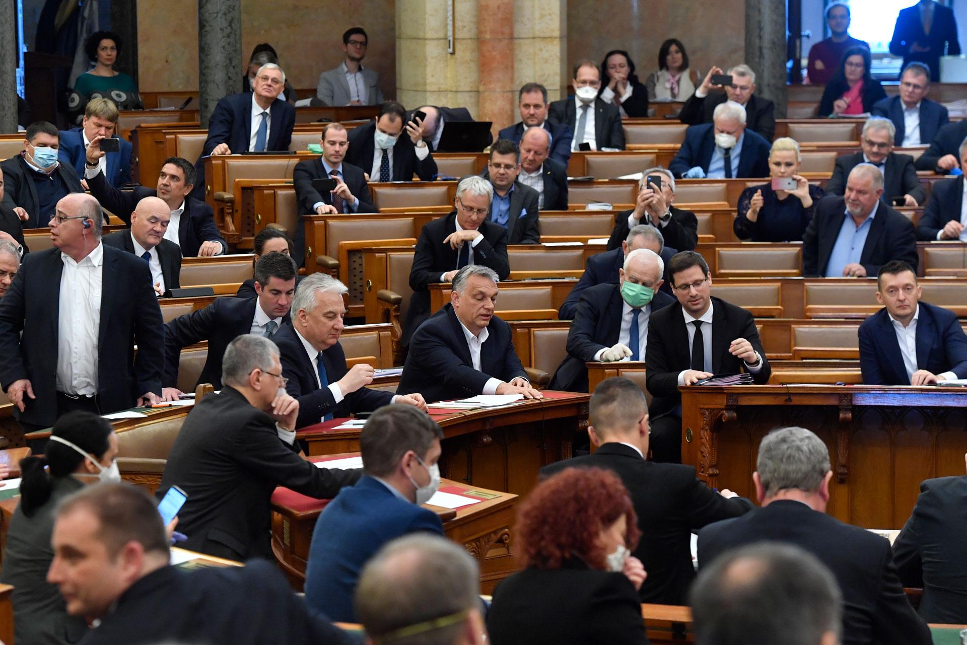 Viktor Orbán numa sessão parlamentar para votar a possibilidade de o governo por decreto após a pandemia ter chegado ao país. Budapaste, Hungria no dia 30 de março de 2020. (Zoltan Mathe/MTI via AP Images)