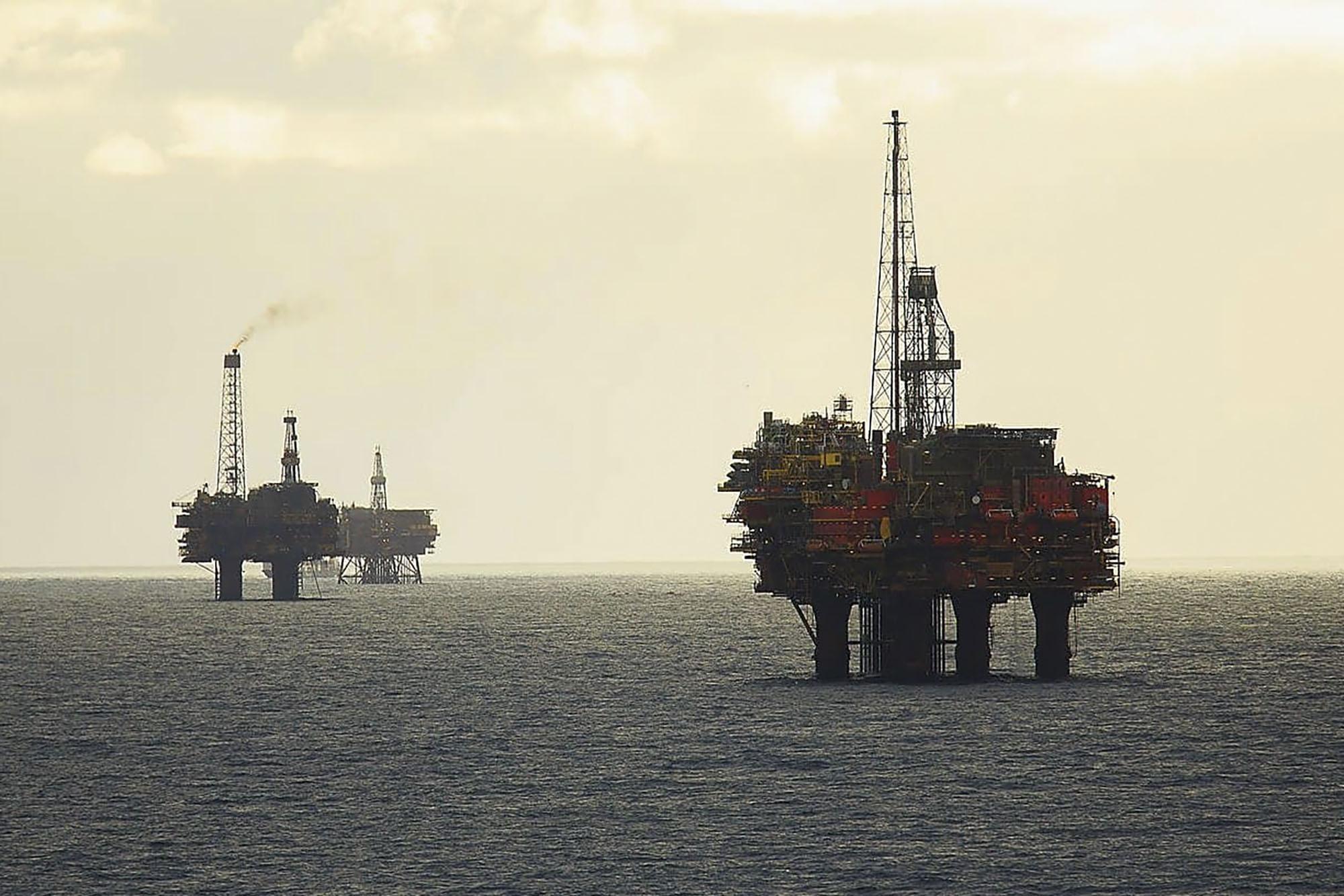 Plataformas de extração de petróleo no delta de Brent, no Mar do Norte. Fonte: www.shell.com