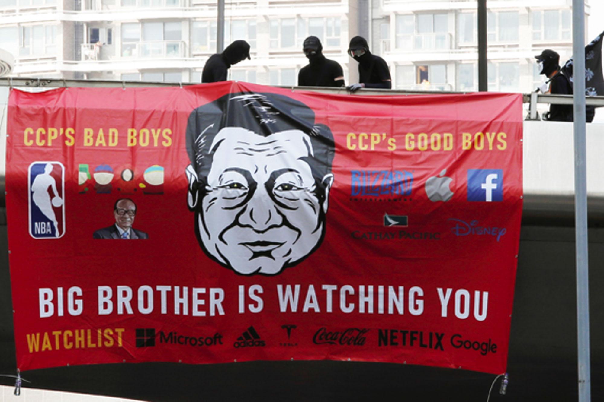 Num cartaz com a imagem de Xi Jiping, líder chinês, lê-se 'Big Brother is watching you'. Fonte: Reuters